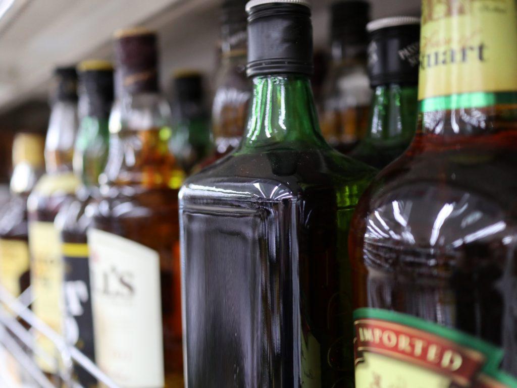 お酒を注いで渡すときも酒販免許は必要?